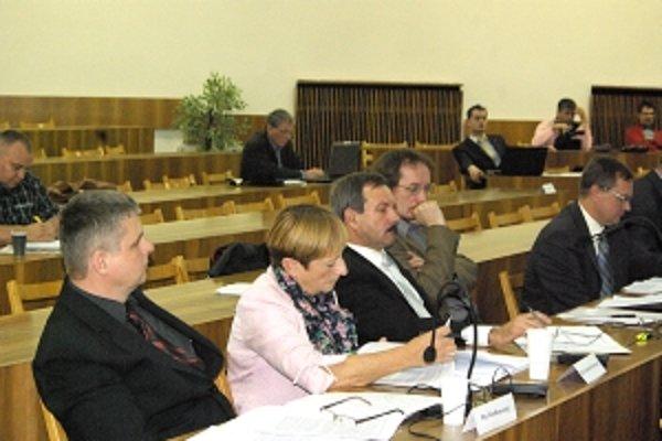 Aj Ján Kunovský (vľavo) žiadal , aby mesto zabezpečilo tabuľu, kde by zverejňovalo podnikateľov, ktorí nechali sekeru voči samospráve.