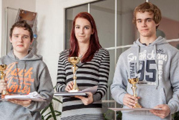 Traja najlepší v celoslovenskej súťaži s prácou na počítači. Kristián Stroka vpravo.