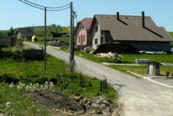 K viacerým rodinným domom pozemky pod cestami vyníma obec.