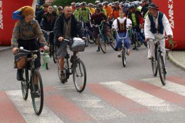 Čelo pelotónu ťahali na začiatku staré modely bicyklov.