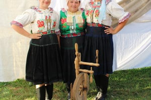 Mama s dcérami: Monika, Kristína a Edita Krivdové, Folklórna skupina Šulekovo z Hlohovca