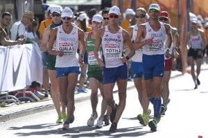 Slovenský chodec Matej Tóth (v popredí) počas pretekov
