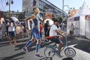 Slovenskí fanúšikovia povzbudzujú chodca Mateja Tótha na 50 km trati.
