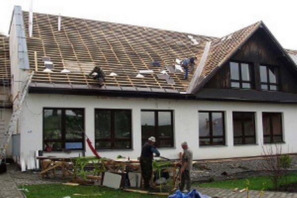 Robotníci robili strechu v máji a júni.