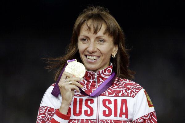 Na archívnej snímke z 11. augusta 2012 ruská bežkyňa Maria Savinovová ukazuje zlatú medailu, ktorú získala na 800 metrov na OH v Londýne.