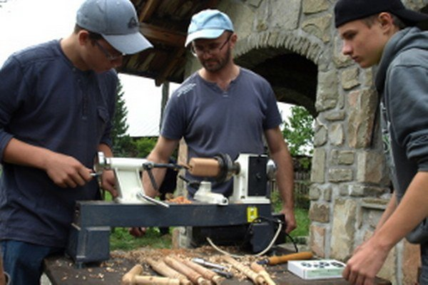 Výroba gájd je dosť zdĺhavá, nástroj má množstvo malých častí.
