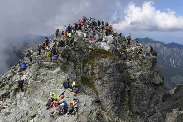 Turistami obsypaný vrchol Rysov.