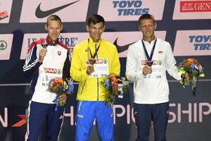 Slovenský chodec Matej Tóth (vľavo) na stupni víťazov pózuje so striebornou medailou, ktorú získal v chôdzi mužov na 50 km na ME v atletike v Berlíne. Zlato vybojoval Ukrajinec Marjan Zakalnyckyj (uprostred), tretí skončil Bielorus Dmitryj Dziubin.