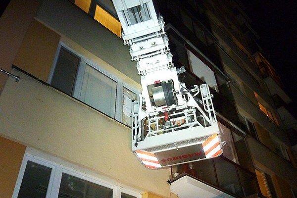 Vysokozdvižná plošina pomohla hasičom dostať sa do bytu.