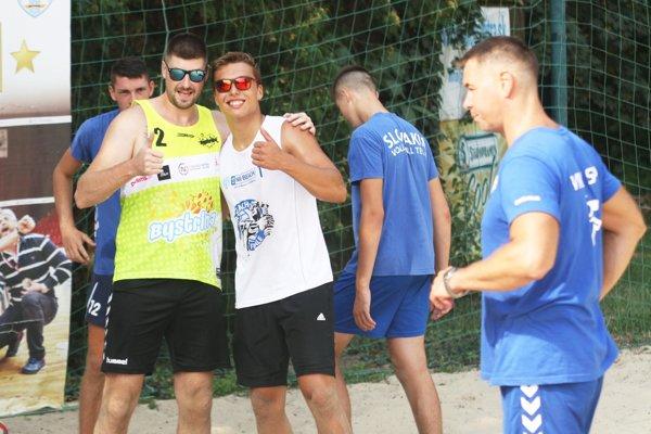 Palec hore ukazujú nestarnúci Peter Kašper a mladík Marek Gergely. Vpravo tréner Ľuboslav Šalata.