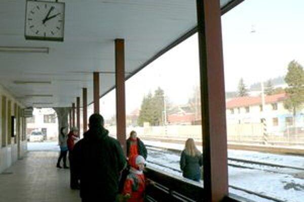Ľudia sa sťažujú na niektoré zmeny v cestovnom poriadku oravského vlaku.