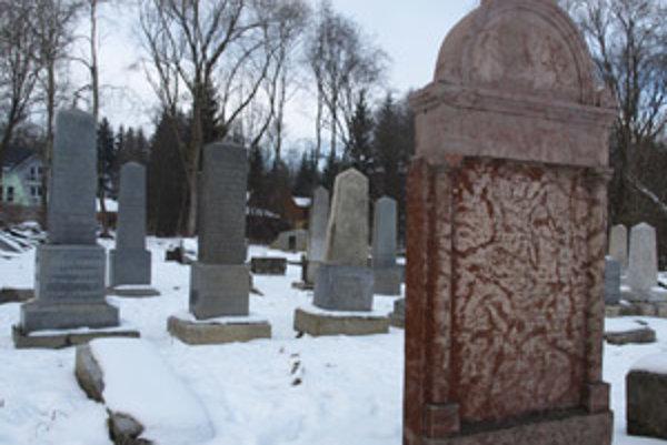 Z námestovského židovského cintorína je tretina zatopená. Viacero pomníkov je pováľaných, niektoré sa však pri rekonštrukcie podarilo upraviť a postaviť na pôvodné miesto.
