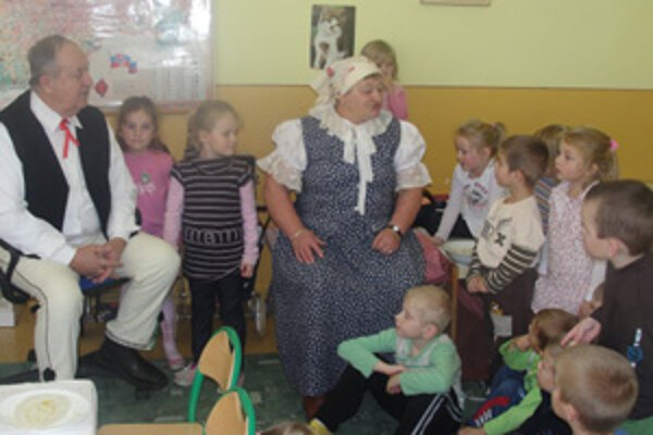 Starkí rozprávajú deťom o tradičných zvykoch a tradíciách.