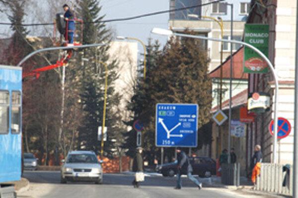 Lampy nad priechodmi po oboch stranách námestia fungujú asi dva týždne.