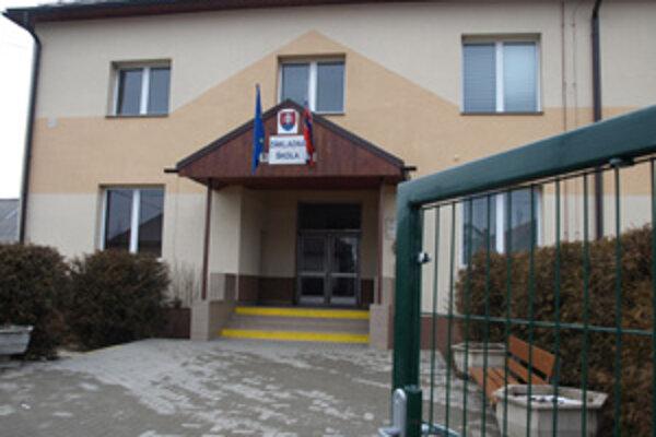 Škola aj škôlka stoja na cudzích pozemkoch.