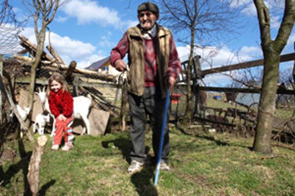 Jozef Večerek už veľa roboty neporobí, no z dlhej chvíle sa stará aspoň o kozy. Pomáha mu s nimi aj pravnučka Sofia.