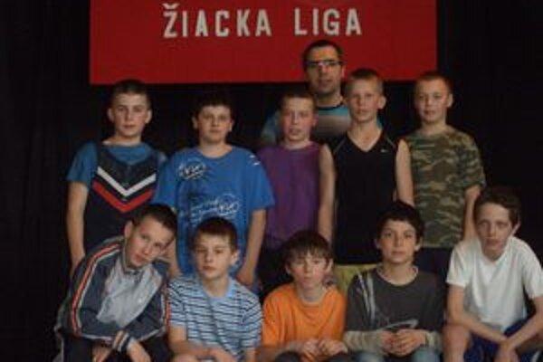 Mladí vzpierači Bobrova s trénerom.