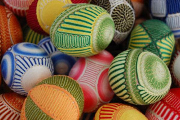 Nalepovanie farebných bavlniek patrí k najobľúbenejším zdobiacim technikám.