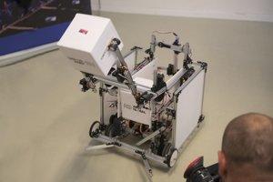 Robot Aurel, ktorý predstavil na tlačovej konferencii tím študentov z viacerých slovenských stredných škôl.