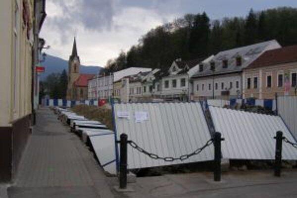 Ležiaci plot. Firma tvrdí, že pre vandalov. Ostatní si myslia, že na vine je vietor.