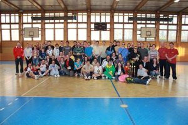 Účastníci volejbalového turnaja v Trstenej.