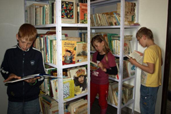 Obecnú knižnicu nájdu čitatelia v škole.