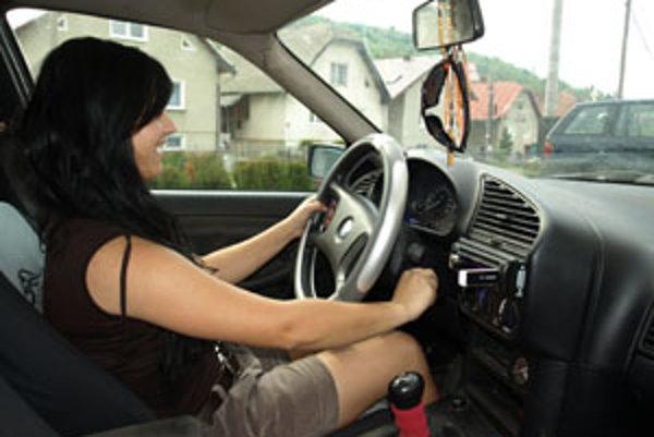 Keby už teraz platila novela cestného zákona, 17-ročná Erika by mohla legálne jazdiť.