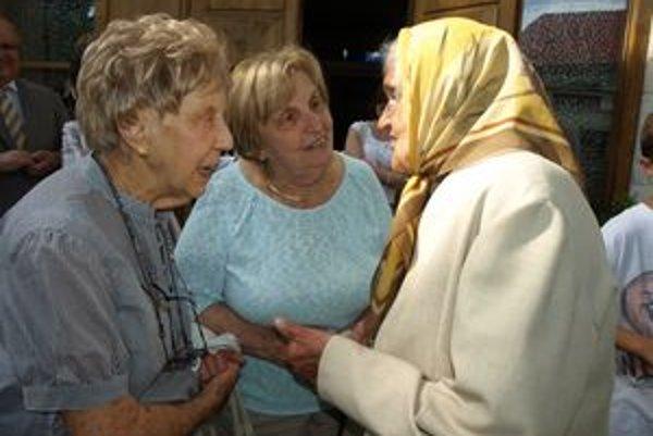 Alice Masters (v strede) so sestrou Josephine Knight (vľavo) s bývalou spolužiačkou Emíliou Medveckou - Pánekovou.