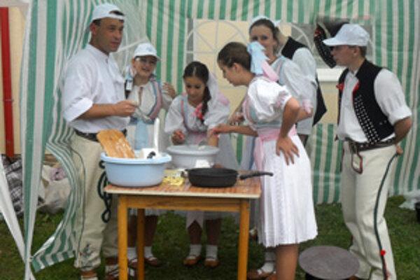 Variť súťažne sa podujal aj detský folklórny súbor Terchovček s Milošom Bobáňom.