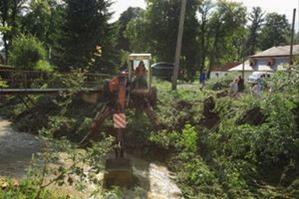 Koryto Jasenovského potoka, ktorý vytopil aj obyvateľov Vyšného Kubína, Vyšnokubínčania upravovali do večera.