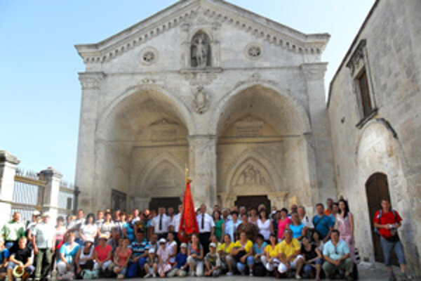 Sant Michel. Spoločná fotografia pred Kaplnkou zjavenia Michala Archanjela.