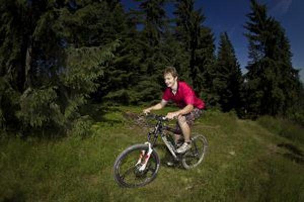 Cyklisti aj bežci zdolávali náročný terén.