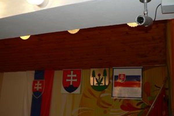 Kamery z rokovacej miestnosti obec presunie do areálu školy, kde má problém s vandalmi.