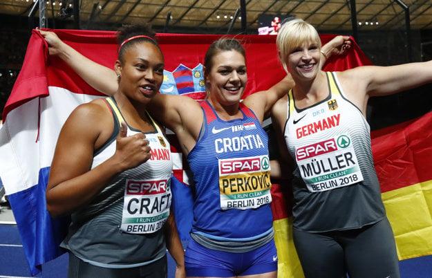 Sandra Perkovičová (v strede) na ilustračnej fotografii počas nedávnych ME. V Česku jej na triumf nestačil ani najdlhší hod.
