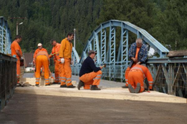 Cestári vymenili hranoly na jednej časti mosta, druhá je asfaltová.