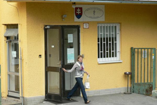 Regionálny úrad verejného zdravotníctva peniaze od dlžníkov vymáha cez exekútora.