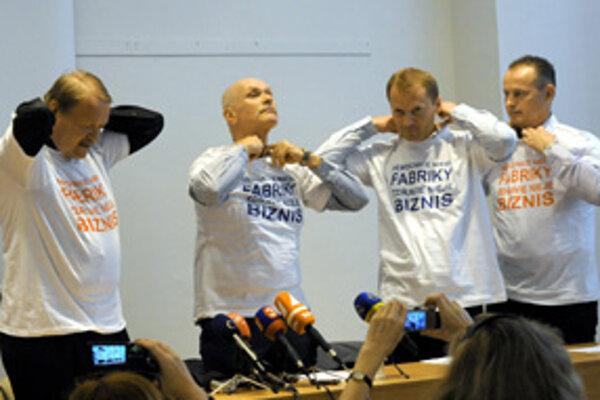 Tlačová konferencia LOZ. Predseda LOZ Marian Kollár (druhý zľava) a predseda Zväzu českých lekárov Martin Engel (vľavo).