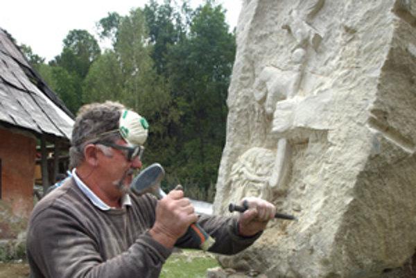 Kamenár z Poľska vytesal do kameňa prvé zastavenie krížovej cesty.