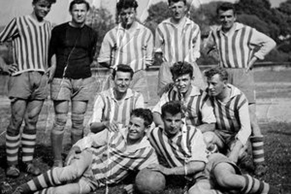 Futbalové mužstvo Zuberca z rokov 1956-1957. Stojaci zľava: O. Šuriňák, F. Bodor, O. Harmata, J. Šiška, J. Plávka, kľačiaci: J. Bistár, A. Kuľašník, K. Kovalčík, ležiaci: L. Matištík, A. Šiška