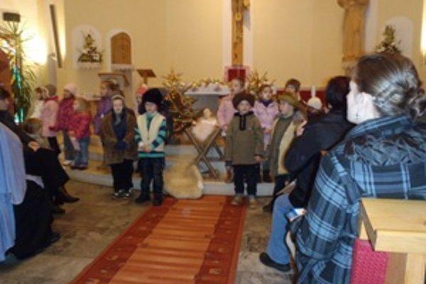 Jasličkové predstavenie pripravili medzibrodskí škôlkari, mládež a folkloristi.
