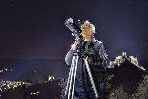 Predseda Miestnej organizácie Slovenského zväzu astronómov Spišská Nová Ves  František Sejut pri pozorovaní nočnej oblohy v 6402e051368