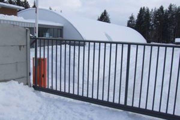 Hala vyzerá zvonku neporušene. Plechová strecha totiž zostala a na ľad dopadlo celé vnútorné obloženie s izoláciou.