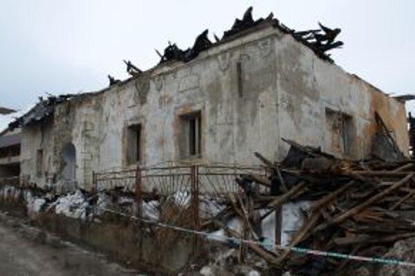 Dvestoročná budova  prišla o strechu.
