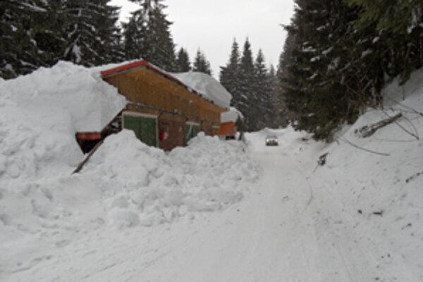 Dostať sa na chatu vo výške 1100 metrov je výzvou aj pre skúsených vodičov.
