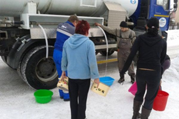 Viac ako dva týždne bola časť Oravskopolhorčanov odkázaná na pitnú vodu z cisterien.