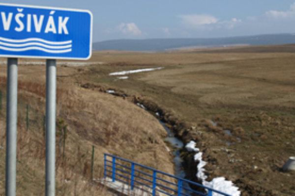Aj na rýchlostnej ceste je uvedený historický názov potoka.