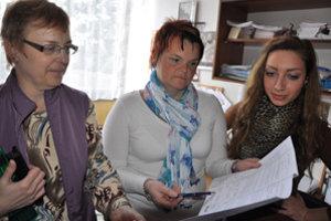 Slovenčinárky Dagmar Vicáňová (vľavo) a Jana Gvoždiaková vysvetľujú Kataríne Škvarkovej jednu z úloh maturitného testu.
