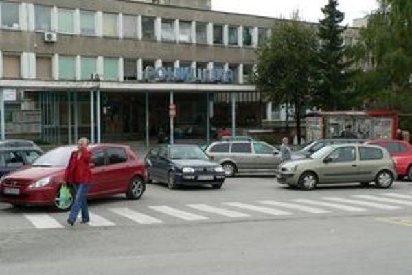 Problém s parkovaním majú pacienti Hornooravskej i Dolnooravskej nemocnice, neobchádza ani tých, ktorí chodia do Oravskej polikliniky.