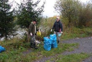 Počas jesennej brigády v okolí párnických jazier vyzbierali dobrovoľníci z miestnej rybárskej organizácie asi tridsať vriec odpadkov.