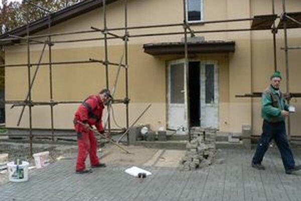 Stará budova v osade Rieka, ktorú kedysi využíval podnik štrkopieskov, sa zmení na ubytovňu.